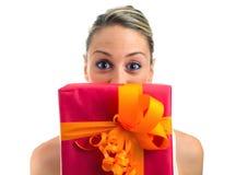 Mulher feliz com um presente Fotos de Stock Royalty Free