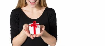 Mulher feliz com um presente sem uma cara Imagens de Stock