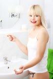 Mulher feliz com um teste de gravidez positivo Foto de Stock