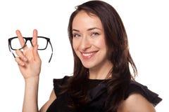 Mulher feliz com uns vidros novos em sistemas óticos fotos de stock royalty free