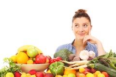 Mulher feliz com vegetais e frutos