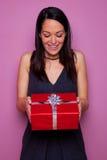 Mulher feliz como recebe um presente imagem de stock royalty free