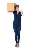 Mulher feliz da entrega que guarda a caixa de cartão Fotografia de Stock Royalty Free