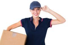 Mulher feliz da entrega que guarda a caixa de cartão Imagem de Stock