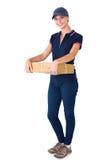 Mulher feliz da entrega que guarda a caixa de cartão Foto de Stock