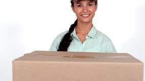 Mulher feliz da entrega que guarda a caixa de cartão vídeos de arquivo