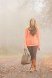 Mulher feliz da forma com a bolsa no parque do outono Foto de Stock Royalty Free