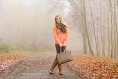 Mulher feliz da forma com a bolsa no parque do outono Fotografia de Stock Royalty Free