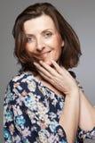 Mulher feliz da Idade Média que levanta no estúdio. imagens de stock royalty free