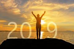 A mulher feliz da silhueta relaxa para a graduação das felicitações no ano novo feliz 2019 Mulher do estilo de vida da liberdade  fotografia de stock royalty free