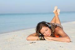 Mulher feliz das férias com música em auscultadores foto de stock royalty free