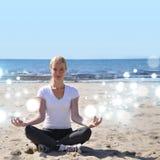 Mulher feliz de relaxamento na praia Imagens de Stock