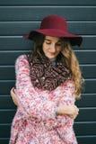 Mulher feliz de sorriso bonita no chapéu Forma retro Chapéu do verão com a grande borda sobre a obscuridade - fundo azul Fotografia de Stock Royalty Free