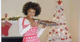 Mulher feliz de sorriso com a bandeja de queques frescos fotos de stock royalty free