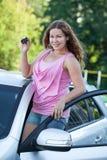 Mulher feliz de sorriso com chave nova do carro e do igniton nas mãos Imagem de Stock Royalty Free