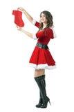 Mulher feliz de sorriso de Santa que guarda as meias do Natal que olham a câmera imagens de stock