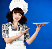 Mulher feliz de sorriso do cozinheiro com placa Imagem de Stock Royalty Free
