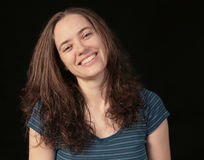 Mulher feliz de sorriso no fundo preto Fotos de Stock Royalty Free