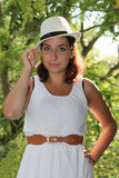 A mulher feliz desgasta a roupa branca Imagem de Stock Royalty Free