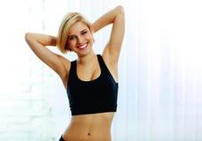 Mulher feliz do ajuste no sportswear preto imagem de stock royalty free
