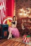 Mulher feliz do conceito da aptidão e do esporte da gravidez perto da árvore cor-de-rosa de sakura Dançarino de bailado grávido n Imagens de Stock Royalty Free