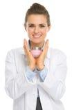 Mulher feliz do cosmetologist que mostra a nata fotografia de stock