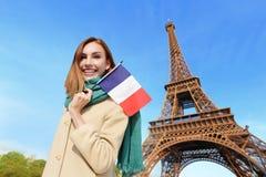 Mulher feliz do curso em Paris Fotos de Stock Royalty Free