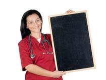 Mulher feliz do doutor com quadro-negro em branco fotos de stock