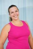 Mulher feliz do excesso de peso