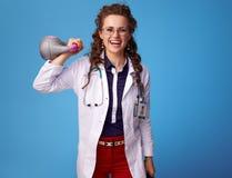 Mulher feliz do médico que levanta o peso no azul Imagem de Stock Royalty Free