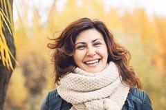 A mulher feliz do outono que ri na queda estaciona fora fotos de stock