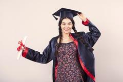 Mulher feliz do retrato em sua universidade do dia de graduação Educação e povos fotografia de stock royalty free