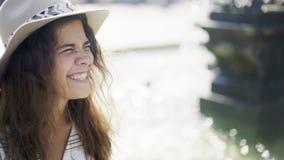 Mulher feliz do retrato no sol que brilha video estoque
