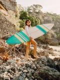 Mulher feliz do surfista que levanta com prancha fotos de stock royalty free