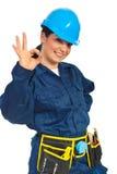 Mulher feliz do trabalhador que mostra está bem fotografia de stock