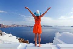 Mulher feliz do turista na ilha de Santorini, Grécia Curso
