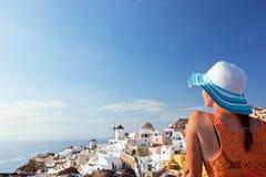 Mulher feliz do turista na ilha de Santorini, Grécia Curso Fotos de Stock