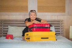 Mulher feliz do turista que chega na sala de hotel O meio excitado e atrativo envelheceu 40s ? senhora 50s com cabelo cinzento e  imagem de stock