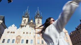 A mulher feliz do turista que tem o divertimento que dança e gerencie ao redor no fundo que surpreende o castelo histórico video estoque