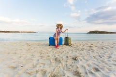 Mulher feliz do viajante com a mala de viagem na praia Conceito do curso, viagem, viagem Imagens de Stock Royalty Free