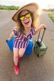 Mulher feliz do viajante com a mala de viagem na praia Conceito do curso, viagem, viagem Fotos de Stock