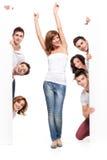 Mulher feliz e amigos que anunciam Foto de Stock