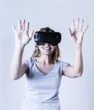 Mulher feliz e entusiasmado atrativa que usa os óculos de proteção 3d que olham a visão da realidade 360 virtual Foto de Stock