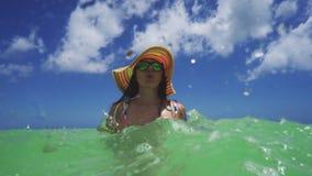 Mulher feliz e mar das cara?bas, Punta Cana, Rep?blica Dominicana Cadeira de plataforma na praia em Brigghton Siga-me conceito video estoque