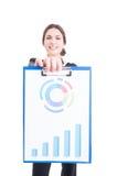 Mulher feliz e orgulhosa das vendas que guarda a prancheta com cha financeiro Foto de Stock