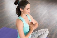 Mulher feliz e saudável que medita com suas mãos em um gesto o Imagens de Stock Royalty Free