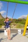 Mulher feliz em balanços na praia fotos de stock royalty free