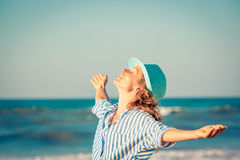 Mulher feliz em férias de verão Fotografia de Stock Royalty Free