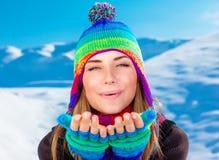 Mulher feliz em feriados de inverno foto de stock