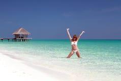 Mulher feliz em Maldivas imagem de stock royalty free